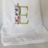 Toalla bordada con inicial de flores