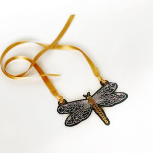 collar bordado libélula
